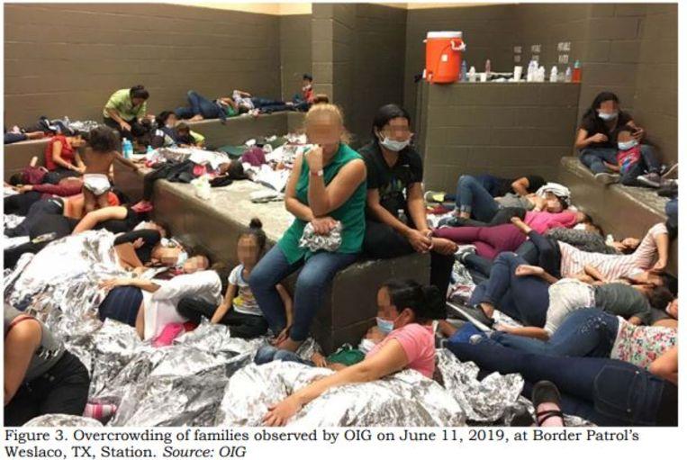 Foto in het rapport van de inspectiedienst van het ministerie van Binnenlandse Veiligheid van een overvolle migrantengevangenis bij de grenspolitie in Texas. Congreslid Alexandria Ocasio-Cortez sprak van 'concentratiekampen'. Beeld Foto AFP