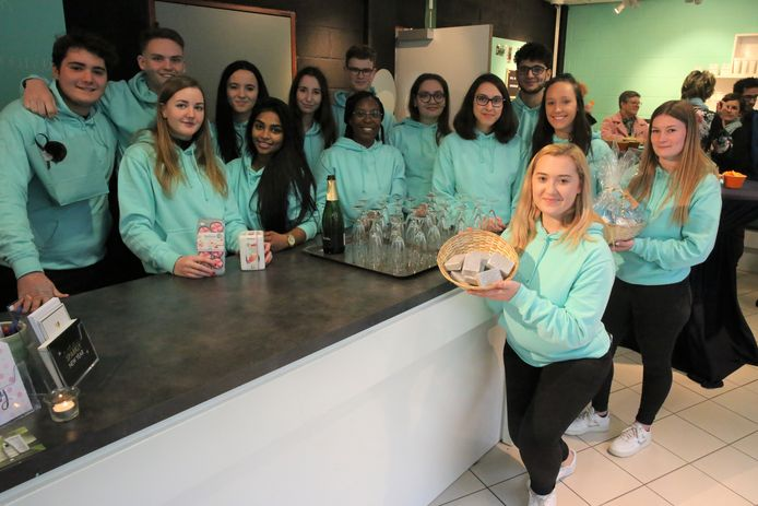 De leerlingen van het zevende jaar Winkelbeheer en Etalage van het Heilig Hart&College openden donderdagnamiddag de deuren van 'FeelFresh'