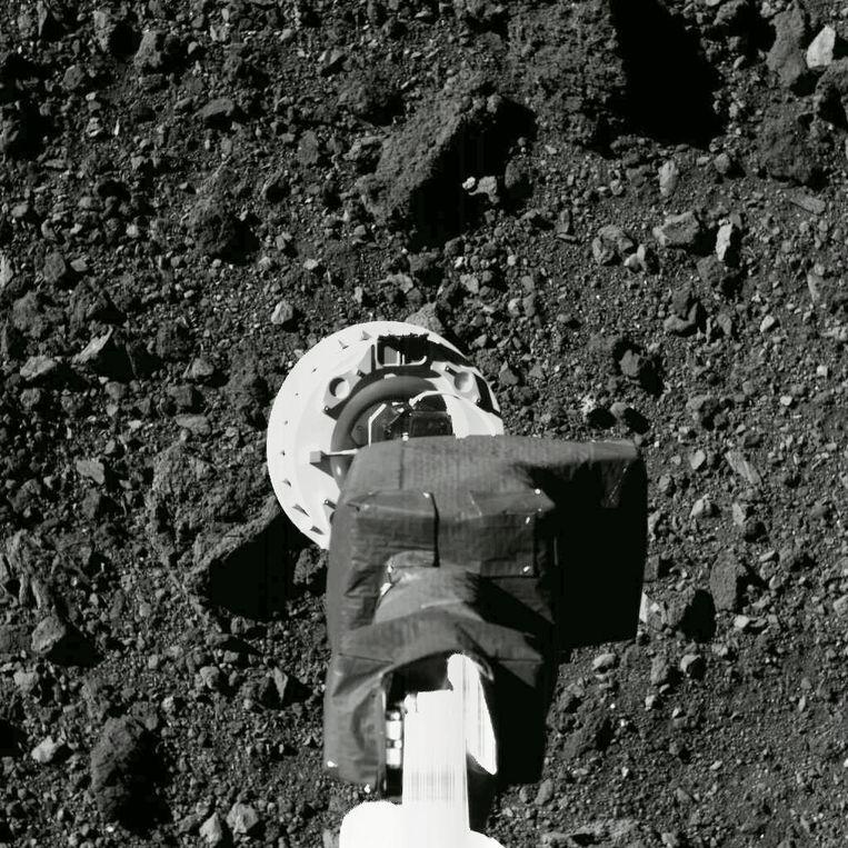 De Amerikaanse ruimtesonde OSIRIS-REx heeft de afgelopen jaren onderzoek gedaan bij Bennu en vorig jaar zelfs gruis verzameld. Beeld AP