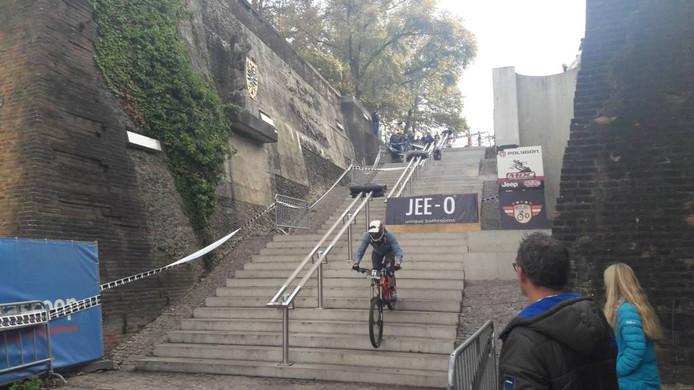 Een deelnemers in volle vaart over de trappen van de Waalkade. foto DG