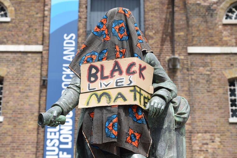 Actievoerders willen dat ook dit beeld in Londen, van slavenhandelaar Robert Milligan, wordt weggehaald. Beeld Photo News