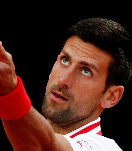 Djokovic ruziet met scheidsrechter over regenval: 'Hoe graag wil je nog doorspelen?'