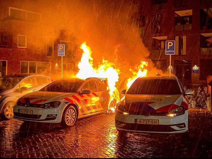 Brandende politiewagens in Gemert.