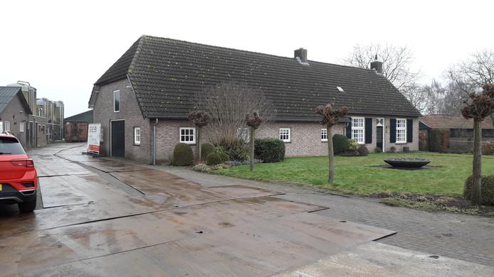 De woonboerderij aan de Winkelsestraat was beklad. De tekst stond op de zijgevel