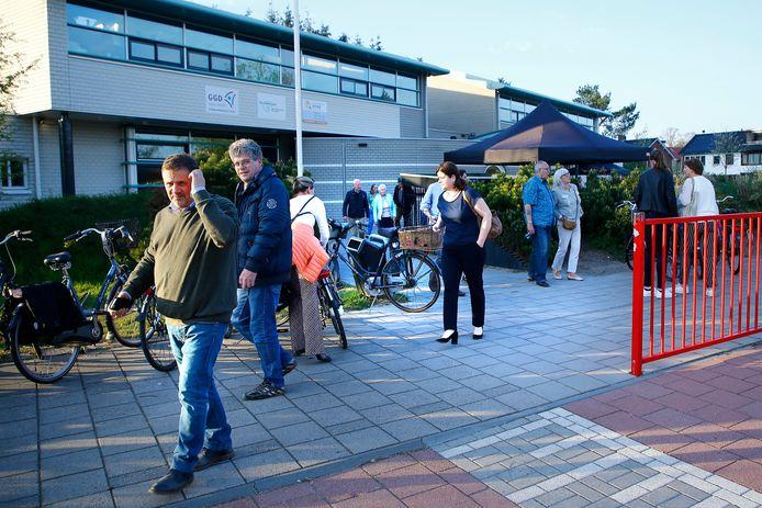 Bezorgde bewoners vertrekken bij een school in Den Dolder na afloop van een gesprek met Minister Sander Dekker van Rechtsbescherming. Dekker was vorige maand in Den Dolder om met bewoners te praten over rapporten over de behandeling van Michael P.
