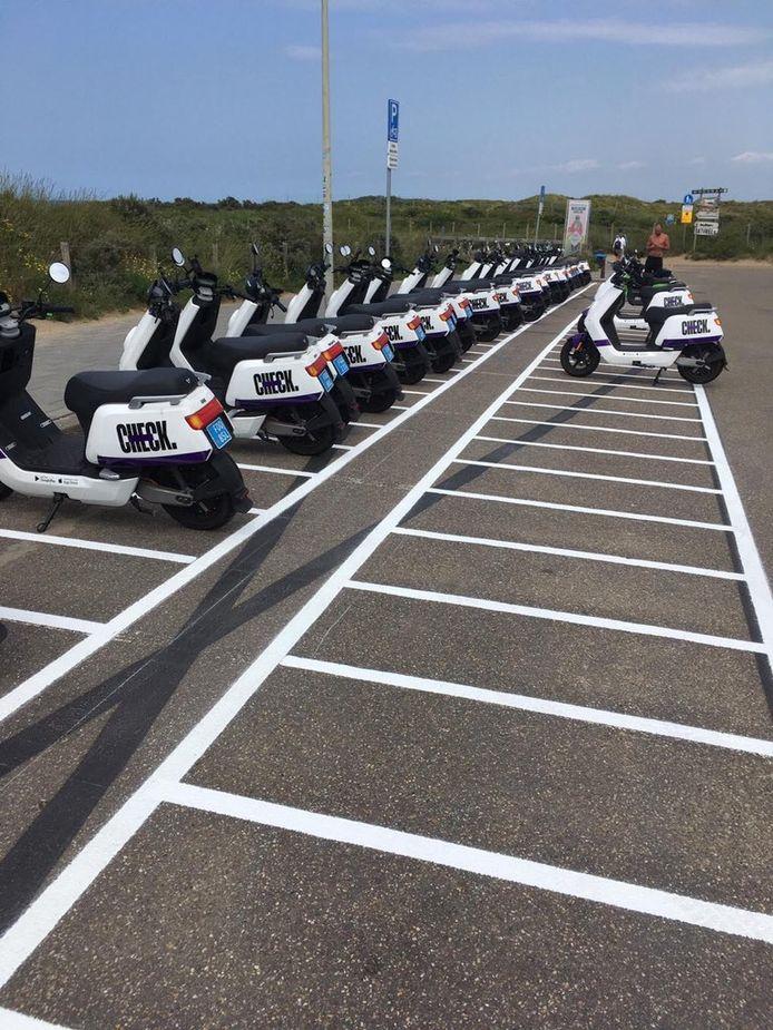 De gemeente heeft parkeervakken speciaal voor scooters uitgelijnd langs het Zwarte Pad. De parkeerplekken moeten voorkomen dat het een bende wordt, net als vorige zomer.