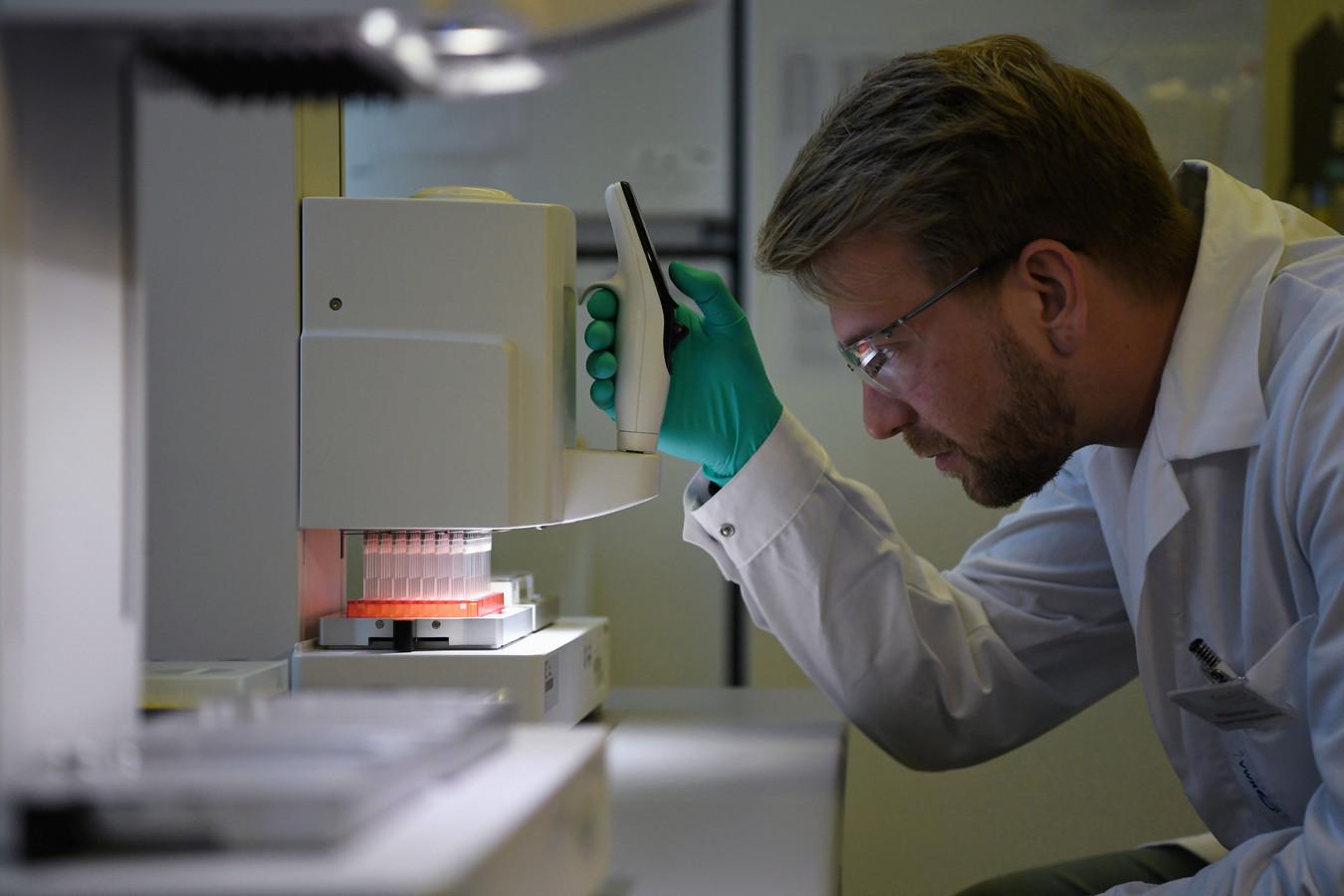 Employé de CureVac dans un laboratoire allemand, en mars