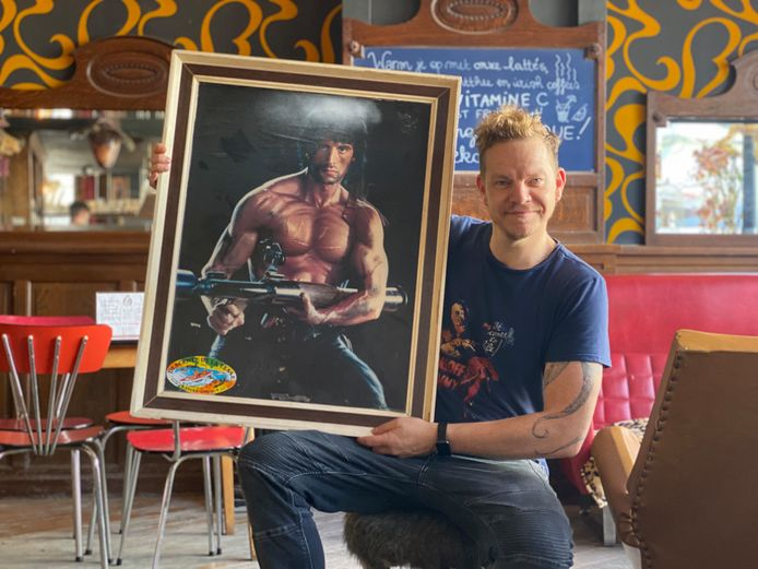 Cafébaas Tim is tevreden dat zijn schilderij na tien jaar terug is.