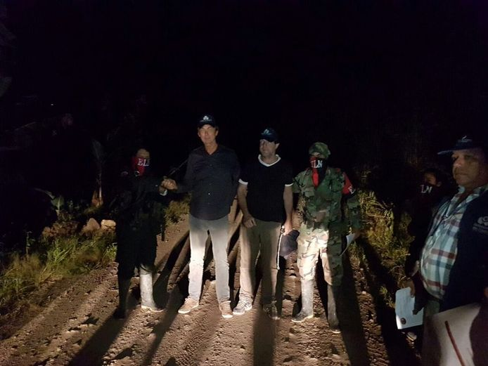 Het moment van de overdracht van Derk Bolt en Eugenio Follender door hun ontvoerders.