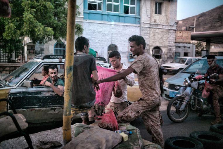 Een checkpoint in Aden. Beeld Olivier Laban-Mattei / MYOP