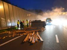 Ravage op snelweg A2 door ongeval met aanhanger vol stellingmateriaal