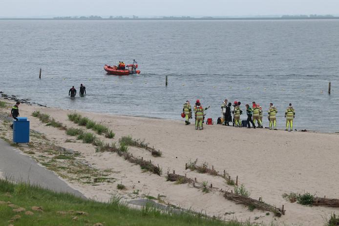 Hulpdiensten speurden gisteren naar de drenkeling op het Ketelmeer.