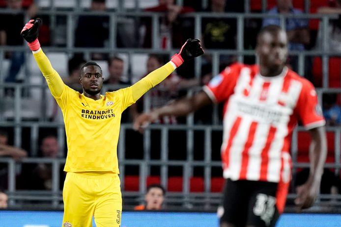Yvon Mvogo is opgelucht als PSV alsnog wint tegen FC Emmen.