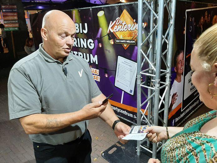 Portier René controleert een van de gasten bij de Kentering.