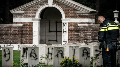 Nederlandse oorlogsbegraafplaats zwaar beklad: hakenkruisen en tekst over MH17 op kapel
