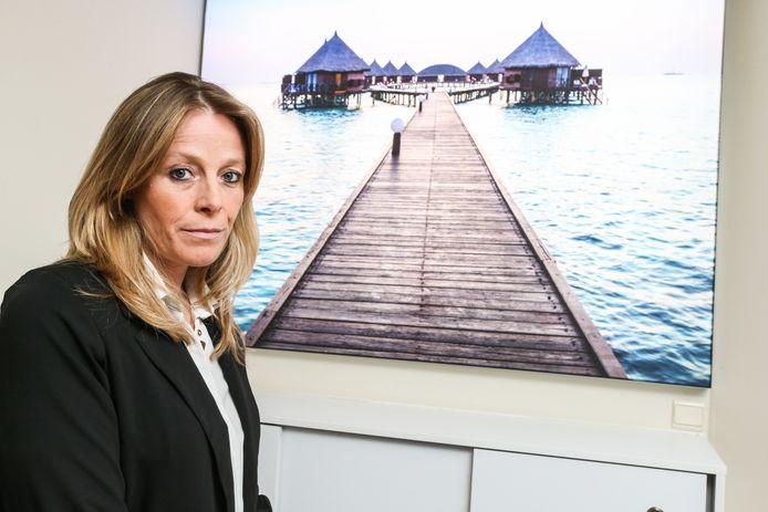 """Inge Bracke van Reisbureau Jempi Reizen moet door het verlengde reisverbod opnieuw klanten herboeken: """"Opnieuw een pak werk, zonder inkomsten."""""""