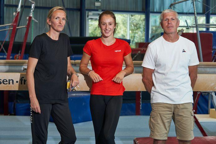 Coaches Marjorie Heuls en Yves Kieffer met Nina Derwael.
