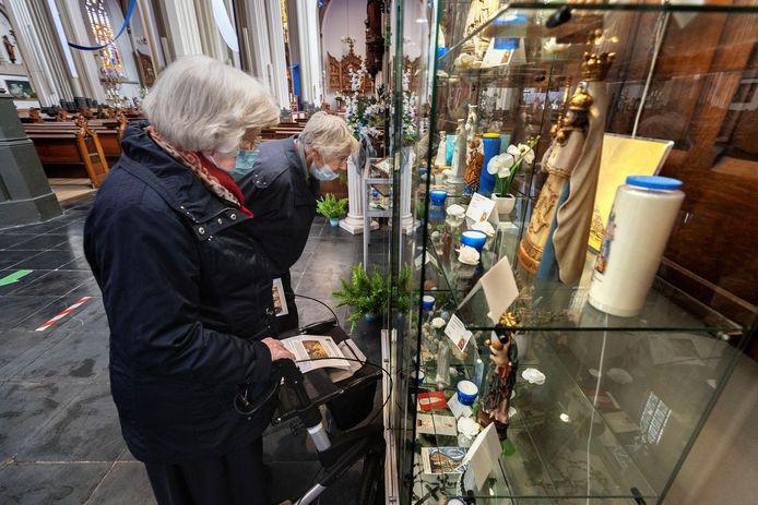 De Mariatentoonstelling in de Petruskerk in Eindhoven 'vervangt' de bedevaarten die normaal in het voorjaar en de zomer plaatsvinden. Wilma Lieffering (r) en Riet van Deursen vinden het heerlijk om in alle rust naar de beelden te kunnen kijken.