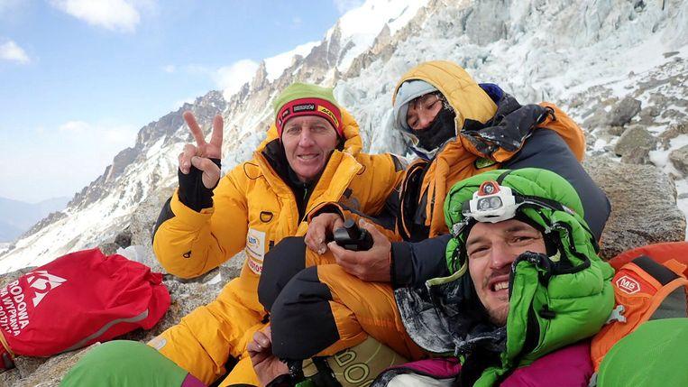 De Russisch-Poolse klimmer Denis urubko (l.) en de Poolse klimmer Adam Bielecki (r.) legden het moment dat ze de Franse Elisabeth Revol vonden vast op beeld. Beeld REUTERS