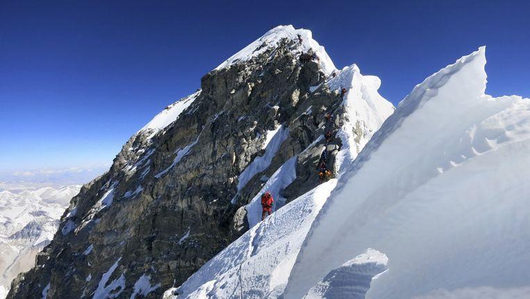 Voor het eerst sinds de lawine die vorige maand aan 16 sherpa's het leven kostte, heeft een klimmer vanuit Nepal de Mount Everest bedwongen. Beeld AP