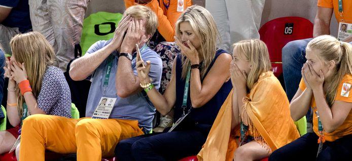 Koning Willem-Alexander, koningin Maxima en de prinsessen Amalia, Alexia en Ariane op de tribune tijdens de oefening op de rekstok tijdens de Olympische Spelen in Rio.