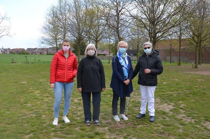 Jessie Heymans, Carine Van den Abeele, Maria Hautman en Karina Neukermans aan het grasterrein achter Wolfsgracht waar de zomerbar zou komen.