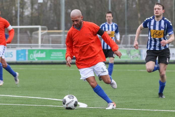 Qays Shayesteh in actie namen Eilermark. Hij blijft speler van het zondagteam en coach van het zaterdagelftal.