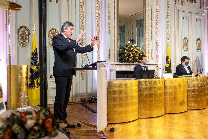 Vlaams minister-president Jan Jambon (N-VA), minister van Volksgezondheid Wouter Beke (CD&V) en minister van Binnenlands Bestuur Bart Somers (Open Vld) hielden keurig afstand tijdens hun uiteenzetting.