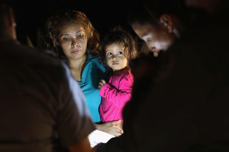 Een vrouw uit Honduras en haar dochter van 2 worden gevangen genomen aan de Amerikaanse grens.  Beeld AFP
