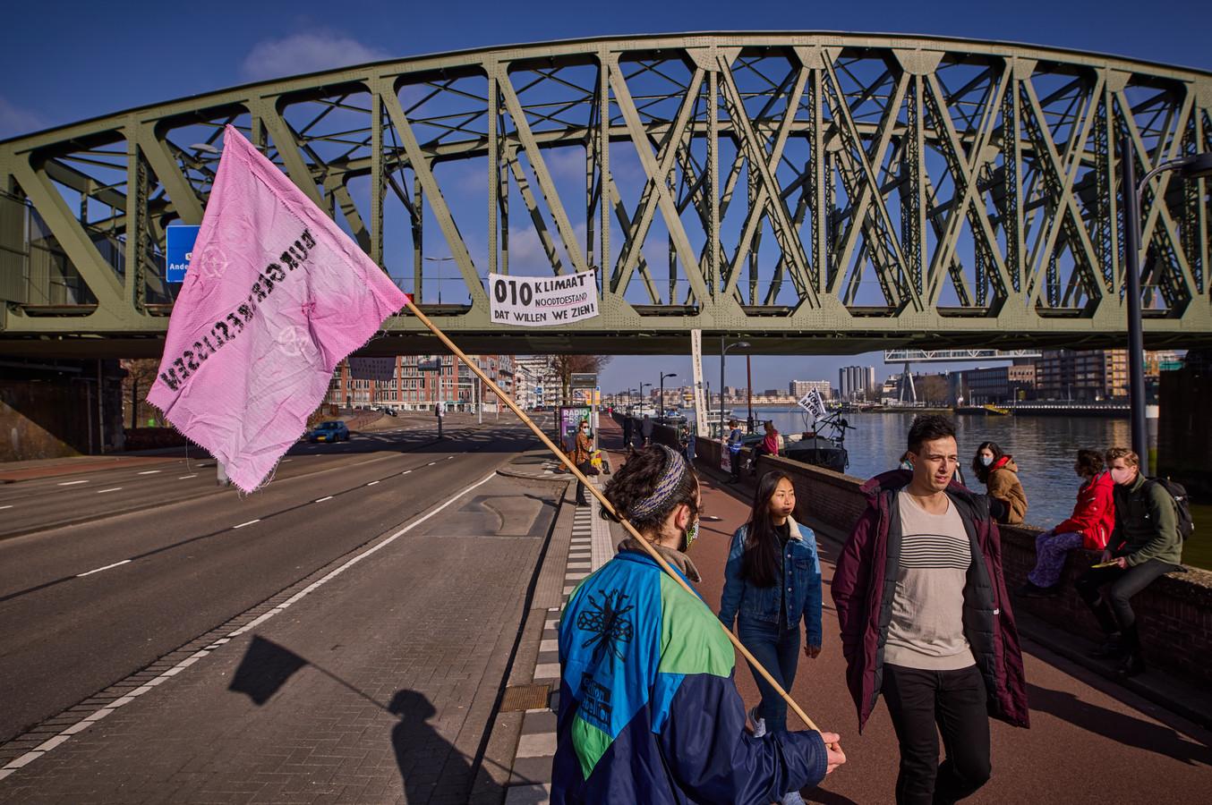 Demonstranten voeren actie voor het klimaat.