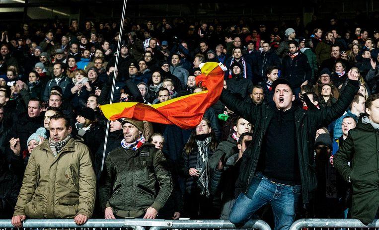 De supporters van Willem II roeren zich: vlak voor rust komen ze op voorsprong via Ogbeche. Beeld Jiri Buller