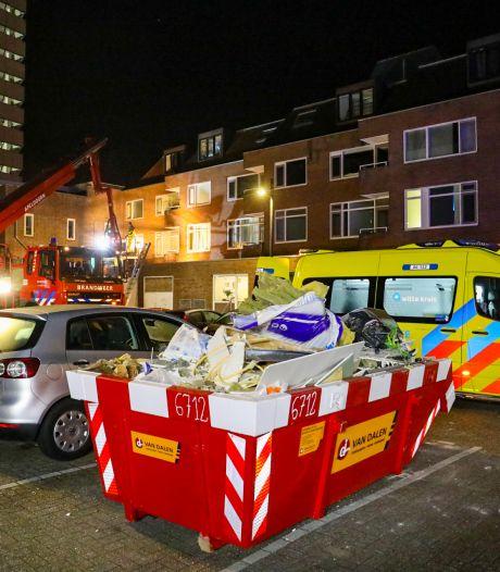 Man valt van dakterras in Apeldoorn: slachtoffer met hoogwerker naar beneden gehaald