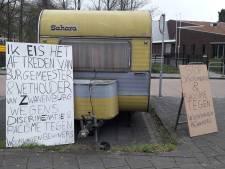 Woonwagenbewoners Goor parkeren protestcaravan bij wethouder voor de deur