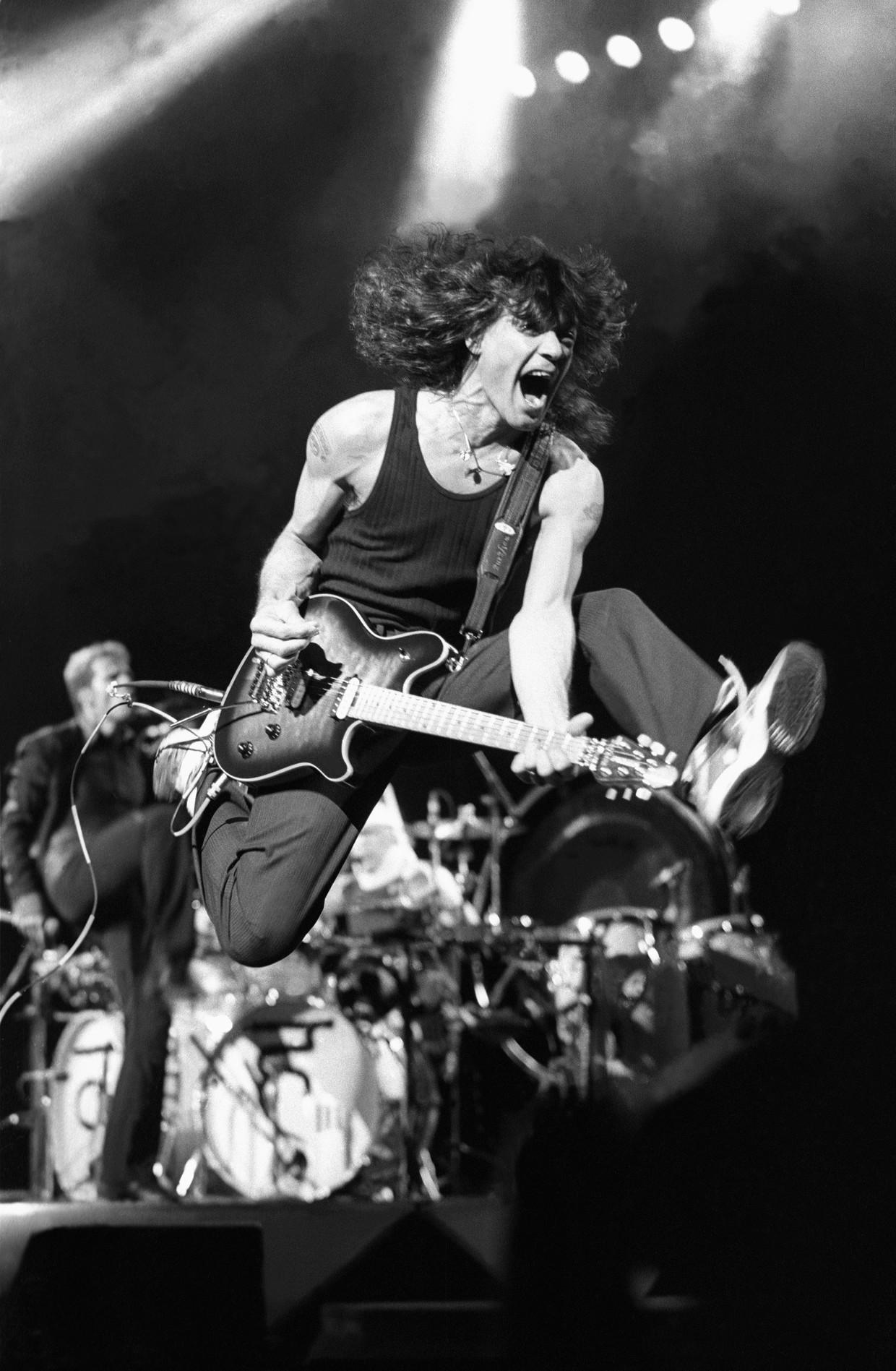 Gitarist Eddie van Halen tijdens een concert op 21 mei 1998.