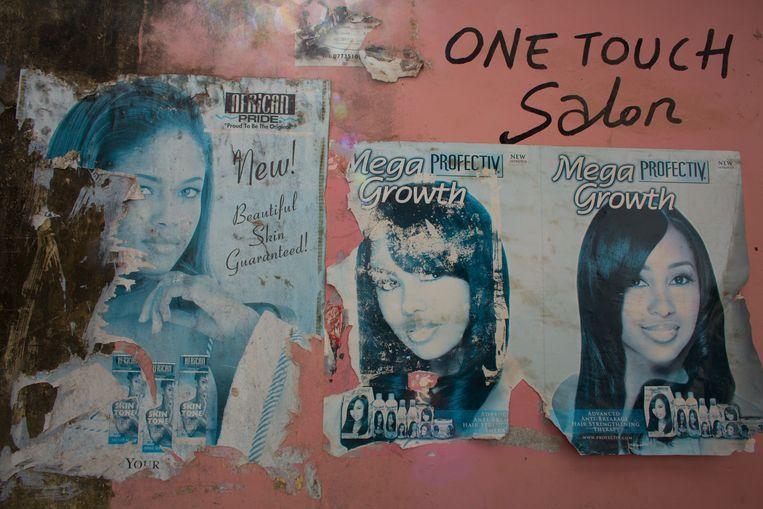 Posters in een schoonheidssalon in Zanzibar. Beeld Ton Koene
