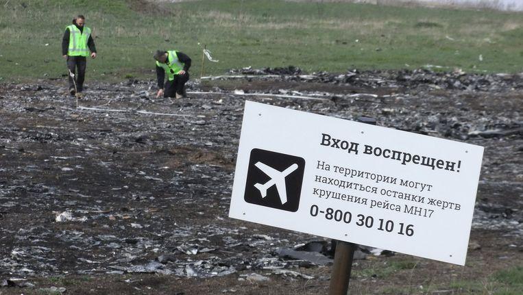 'Verboden toegang! Er kunnen stoffelijke overschotten van slachtoffers van de crash met vlucht MH17 op dit terrein liggen', waarschuwde een bord in april. Beeld reuters