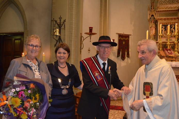 Frans van Kruijsdijk (tweede van rechts) mocht van burgemeester Callewaert een onderscheiding in ontvangst nemen.