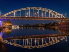 Dit is waarom Arnhem blauw en roze kleurt: Musis Sacrum, John Frostbrug en Haarhuis in ander licht