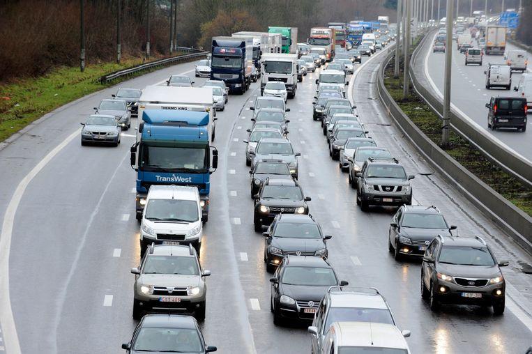 Auto's schuiven aan op de Brusselse ring. Beeld Photo News