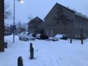 Een automobilist in Nijmegen heeft zijn auto laten staan nadat hij zich zondag had vastgereden in een berg sneeuw.