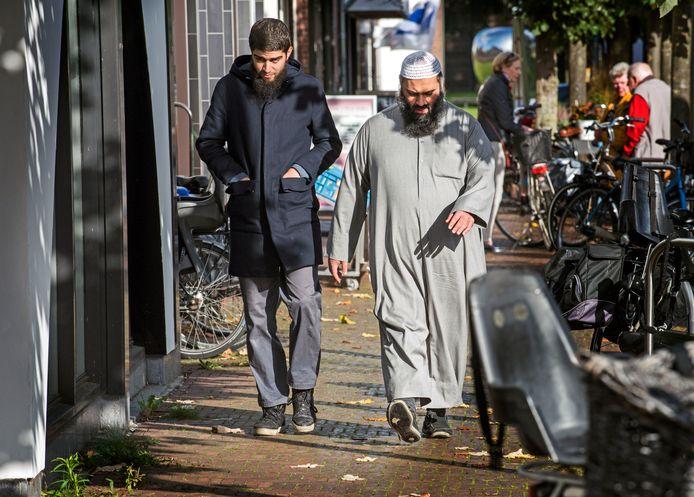 Imam Suhayb Salam van alFitrah komt aan bij het notariskantoor