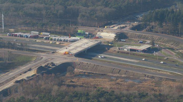 Foto 1: Via een viaduct wordt de nieuwe N69 aangesloten op de snelweg A67.