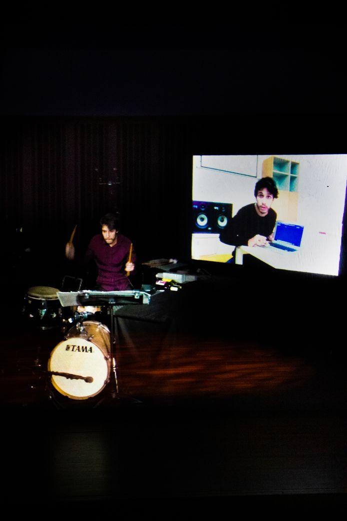 Agostinho Sequeira, de winnaar van het Tromp Concours 2020, in hologram op het podium van Muziekgebouw Eindhoven