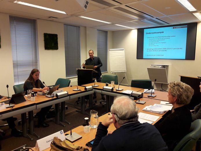 Rekenkamervoorzitter Walter Gouw presenteert de bevindingen van het onderzoek aan raadsleden.