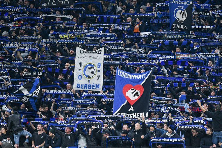 Supporters van Atalanta Bergamo tijdens de 'coronamatch' tegen Valencia op 19 februari, in Milaan. Beeld Photo News