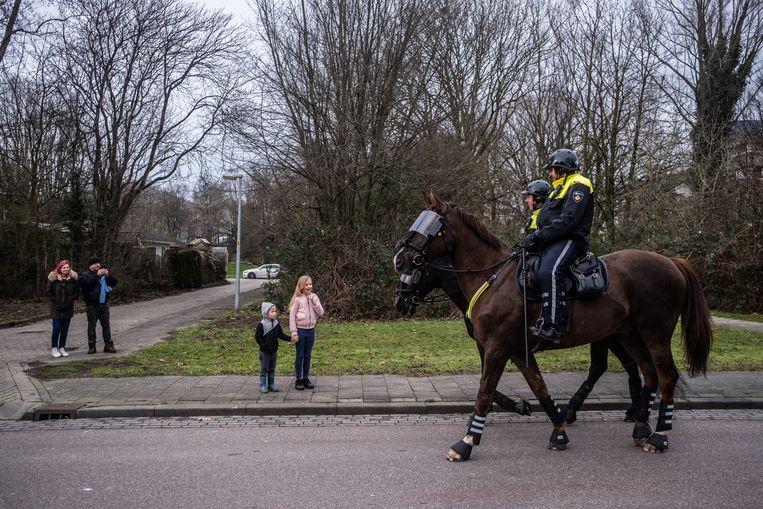 De politie was zaterdag met vele middelen aanwezig in het park De Gagel in Overvecht, maar het bleef rustig. Beeld Joris van Gennip