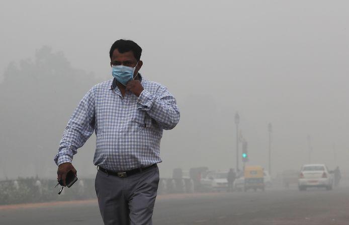Un homme marche dans les rues polluées de New Delhi, en Inde, le 3 novembre 2019.