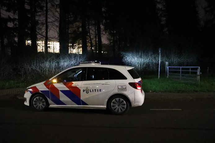 Agenten zoeken in de omgeving van Klarendal in Arnhem naar twee overvallers.