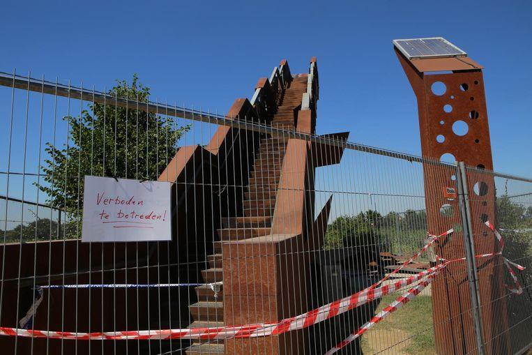 De gehavende Vlooybergtoren is de hele zomer afgesloten voor het publiek.