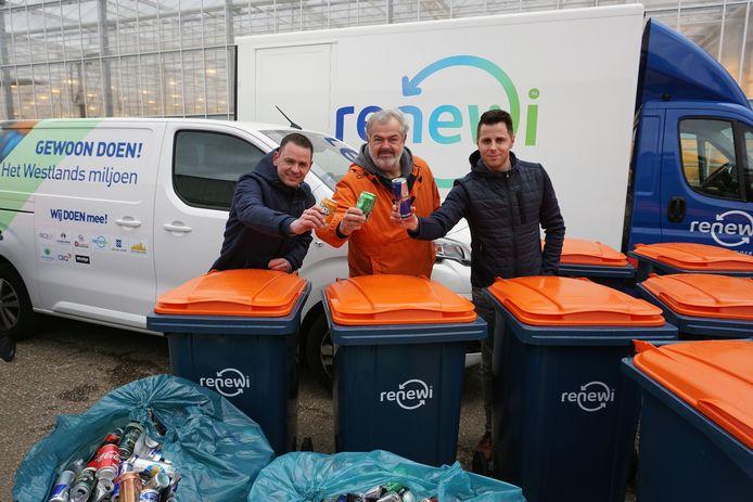 Patrick van Paasen (links, Renewi), Rob van Holstein (CleanupteamWestland) en Victor Vijfvinkel van Renewi met een aantal rolcontainers. De foto is gemaakt voordat de 1,5 meter-regel in ging.